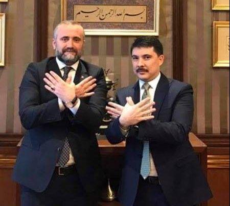 Demiri, me shefin e kabinetit të presidentit Erdogan, duke bërë shqiponjën