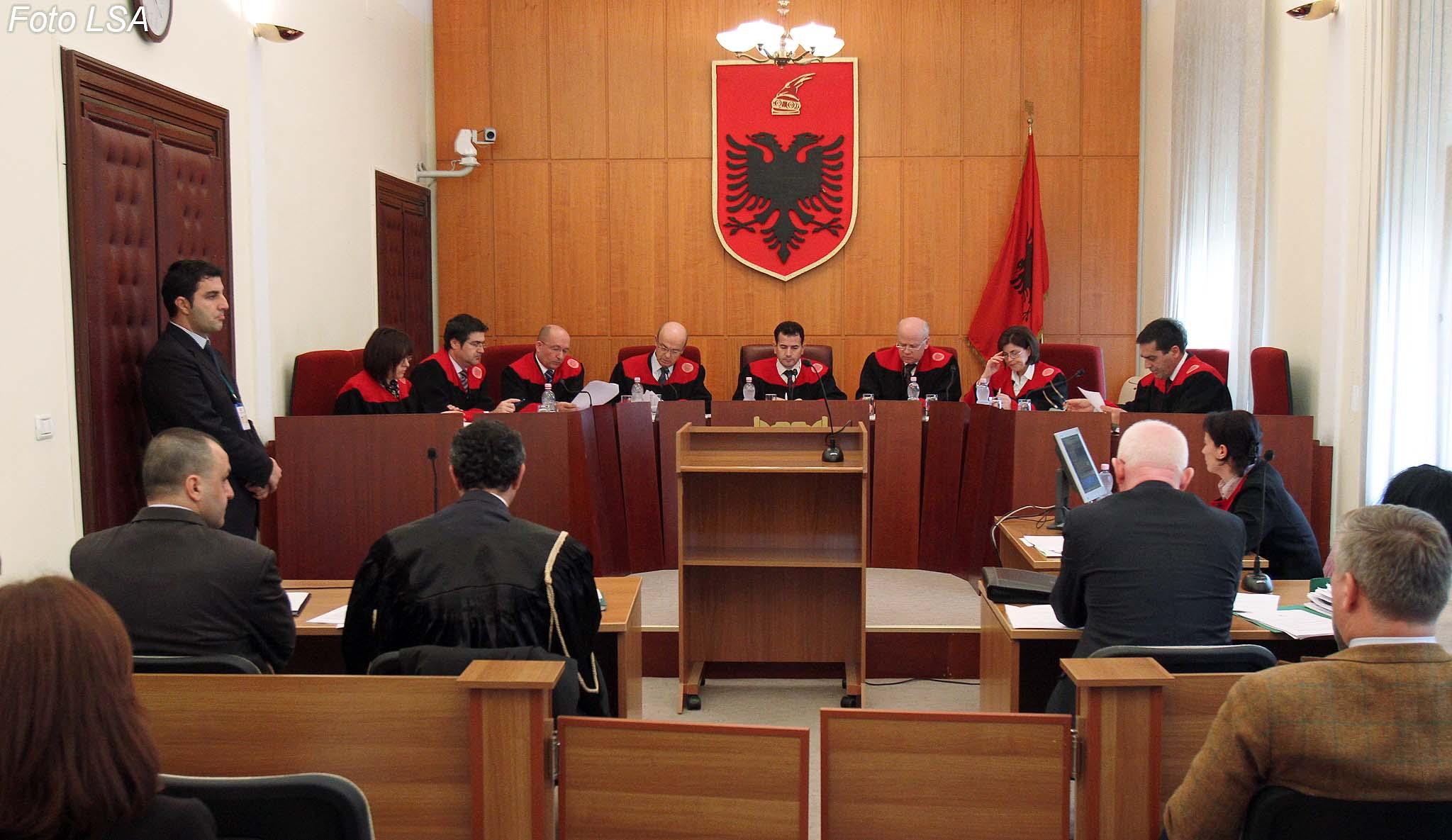 Kryetari i Gjykates Kushtetuese Bashkim Dedja, anetaret Petrit Plloci, Vladimir Kristo, Altina Hoxhaj, Fatmir Hoxha,  Admir Thanza, Xhezair Zaganjori dhe Vitore Tusha, gjate nje seance gjyqesore ne Gjykaten Kushtetuese, ku nuk eshte marre parasysh nje kerkese e PS, per pezullimin e prishjes se Piramides.