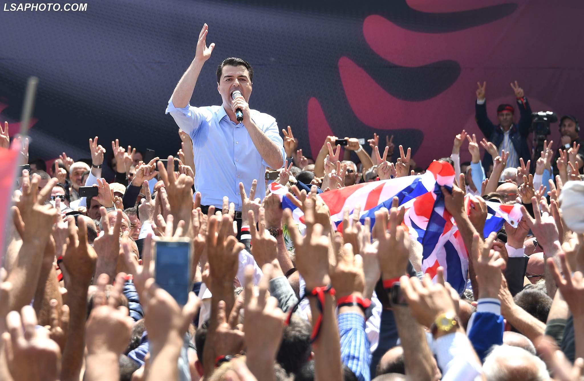 Kryetari i PD Lulzim Basha, duke folur gjate nje proteste te organizuar nga Partia Demokratike para godines se Kryeministrise, ku eshte kerkuar dorheqja e qeverise dhe ngritja e nje qeverie teknike, per ta cuar vendin ne zgjedhje te lira dhe te ndershme./r/n/r/nLeader of DP Lulzim Basha, speaking during a protest organized by the Democratic Party in front of the Prime Minister's Office, where is asked the resignation of the government and the establishment of a technical government to bring the country to free and fair elections.