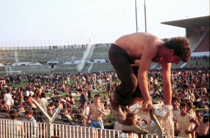 Emigrantet shqiptare ne stadiumin e Barit, në Itali ne 1991