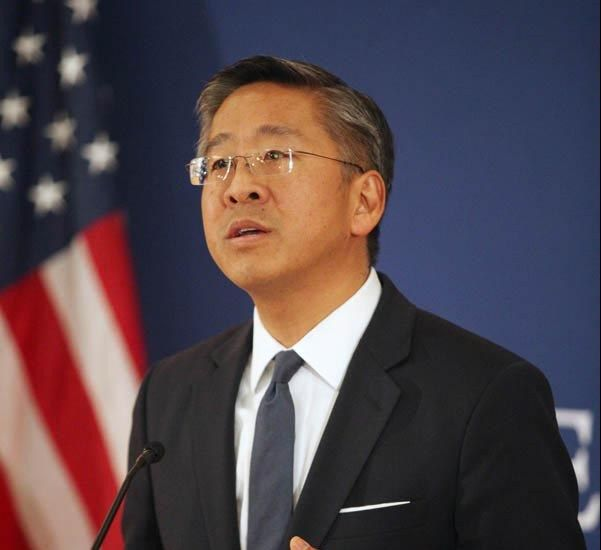 Ambasadori-amerikan-Donald-Lu-e1450171888634