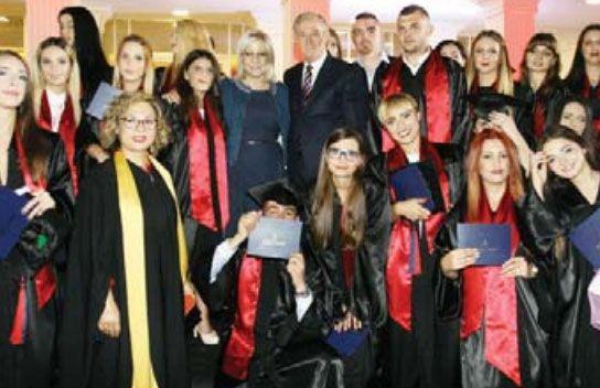 Ministrja Nikolla me Presidentin Hysenbelliu dhe të diplomuarit