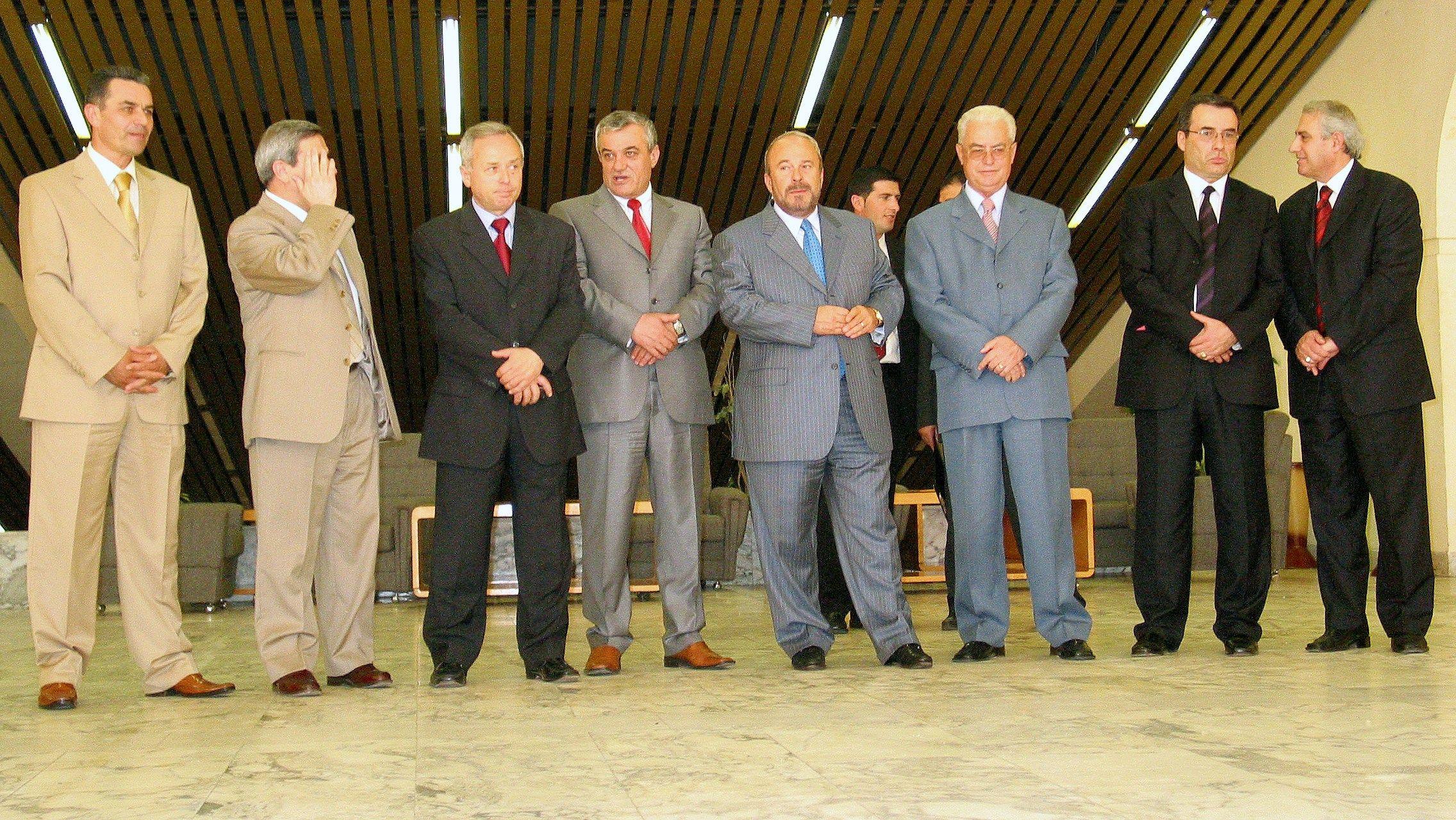 Fatos Nano me Gramoz Ruci,Namik Dokle,Servrt Pellumbi,Elmaz Sherifi,Maqo Lakrori,Agron Dibra e Bardhyl Agasi.   Foto / Malton DIBRA.