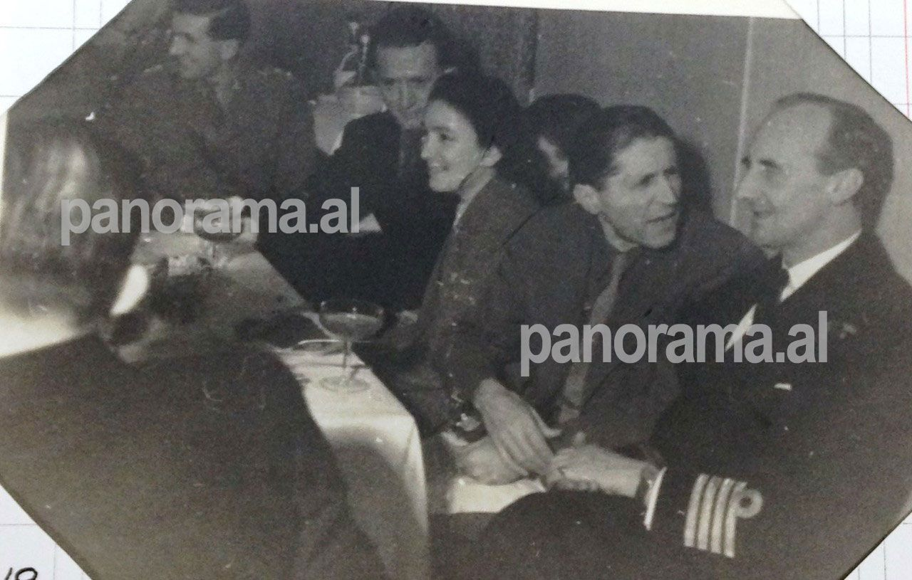 """Omer Nishani me kreun ushtarak të misionit amerikan, kapitenin Black, në darkën e Vitit të Ri, 1 janar 1945, organizuar nga britanikët në hotel """"Dajti"""""""