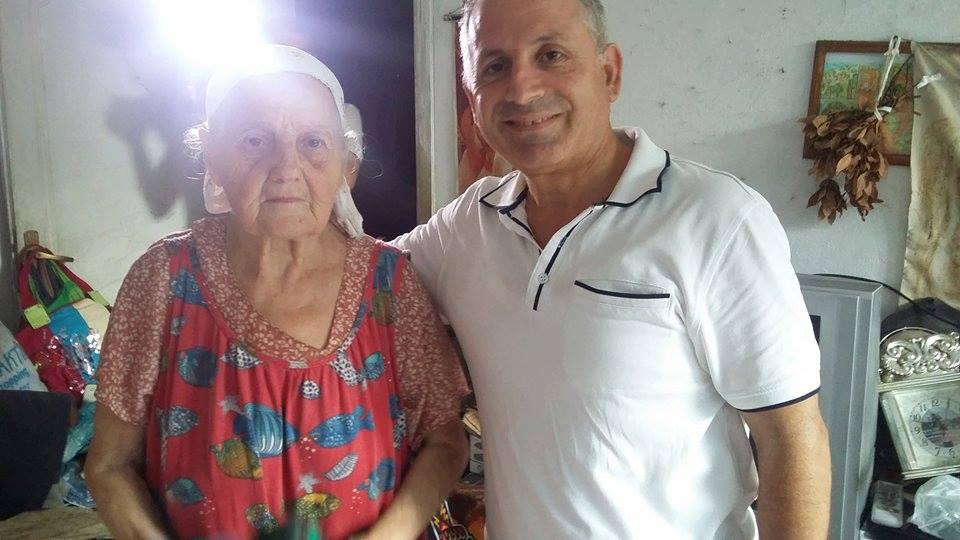 Ermioni Popa, pjesëtarja e fundit e mbetur nga familja Popa, me gazetarin Roland Qafoku