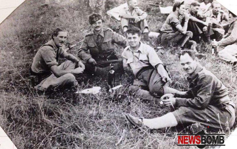 Enver Hoxha, Dali ndreu, Xhelal Staravecka dhe shefi i misionit britanik Meklein, duke pirë uiski
