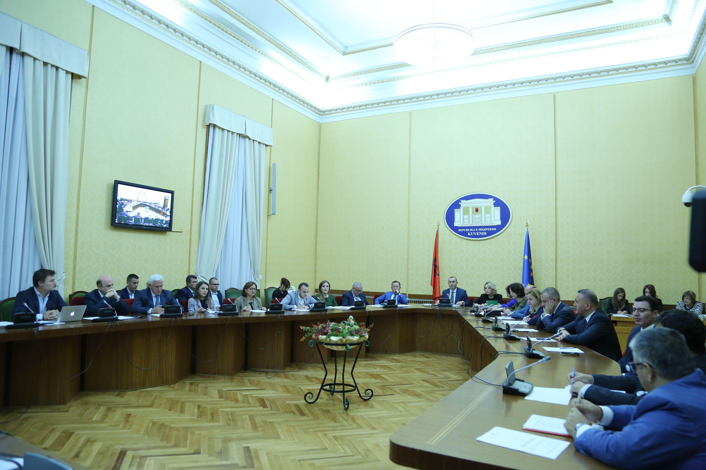 Komisioni i Ligjeve gjate mbledhjes per projektligjin e pakicave