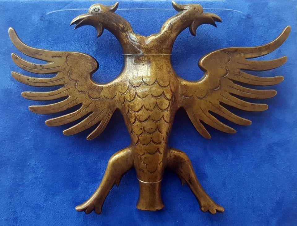 Rreth 1920. Majë flamuri shqiptare për flamujt luftarakë. Derdhje artizanale në bronx.