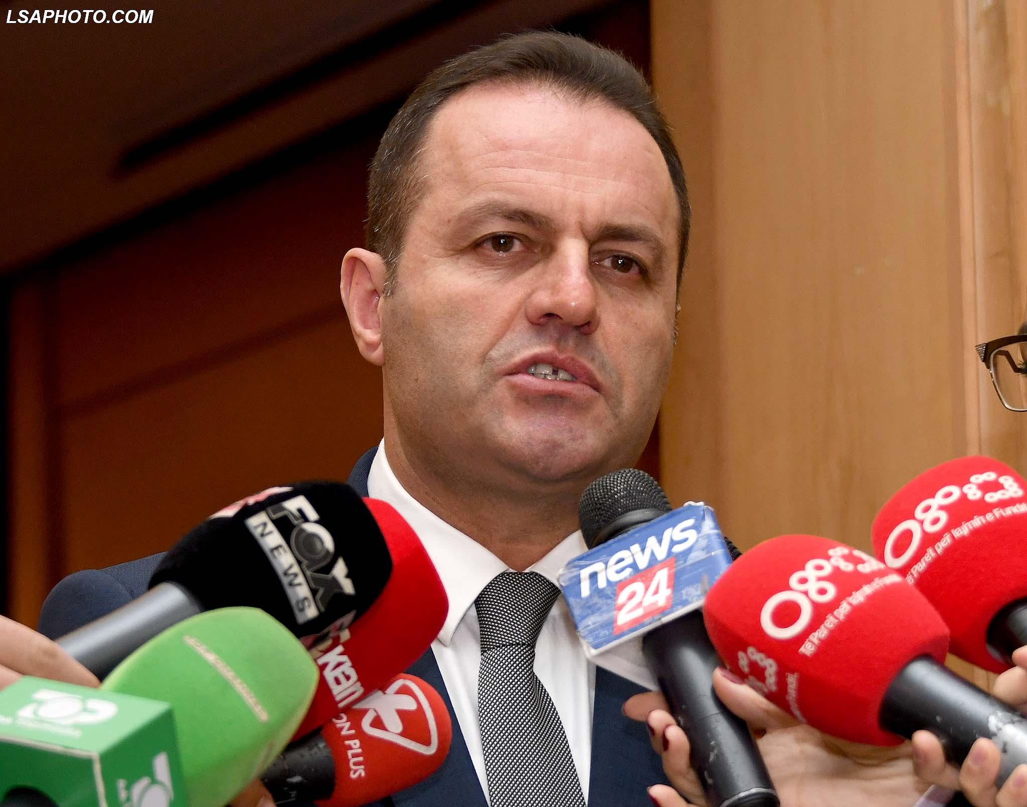 LLALLA FLET PER GAZETARET - Prokurori i Pergjithshem, Adriatik Llalla, duke folur per gazetaret pas nje seminari per luften ndaj narkotikeve, ku tha se askush nuk mund te nderhyje ne punen e prokurorit. /r/n/r/nLLALLA SPEAKS FOR THE REPORTERS - General Prosecutor Adriatik Llalla, speaks for the reporters, where he said that politics should no interfere in the prosecutor's work.