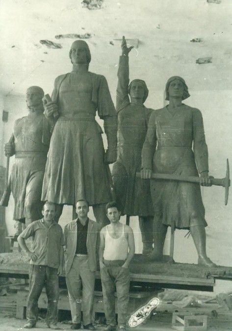 """Monumenti """"Katër heroinat e Mirditës"""", i vendosur në Rrëshen, kushtuar Marta dhe Prenda Tarazhit, Shkurte Carës e Mrika Lokës. Monumenti u hoq në vitin 1993"""