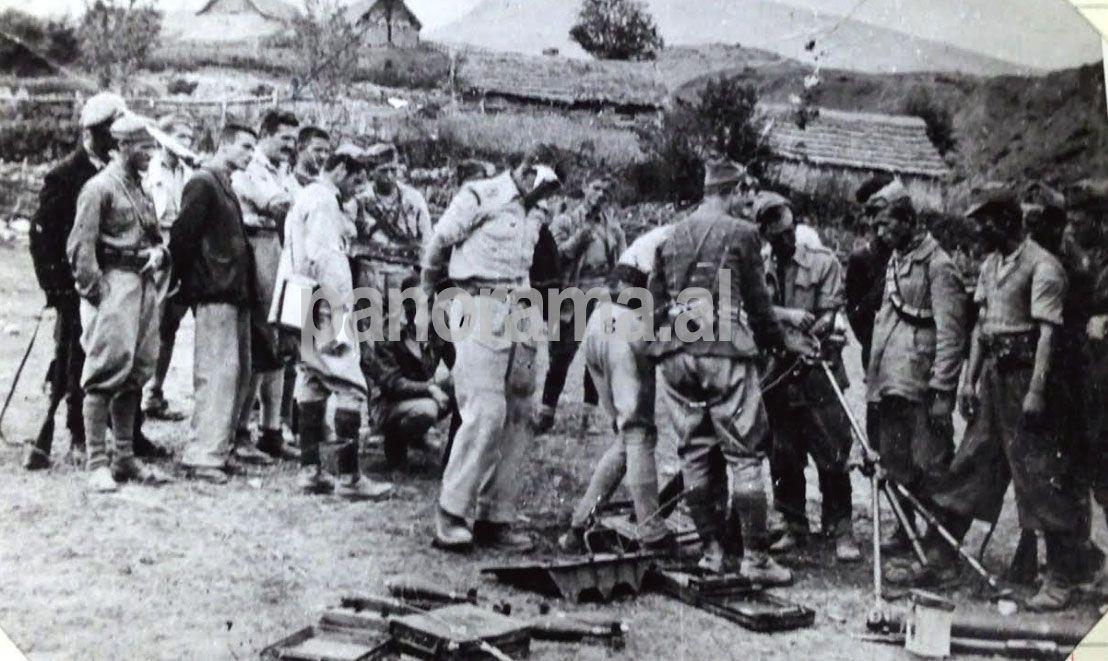 Miladin Popoviçi që vëzhgon trajnimin e partizanëve shqiptarë nga britanikët