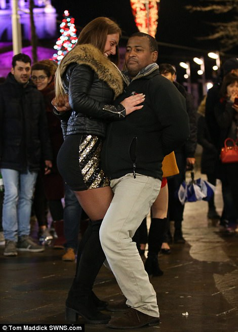 47AB875500000578-5225397-A_pair_of_New_Year_partygoers_smooch_together_in_Nottingham_as_t-a-38_1514791409617