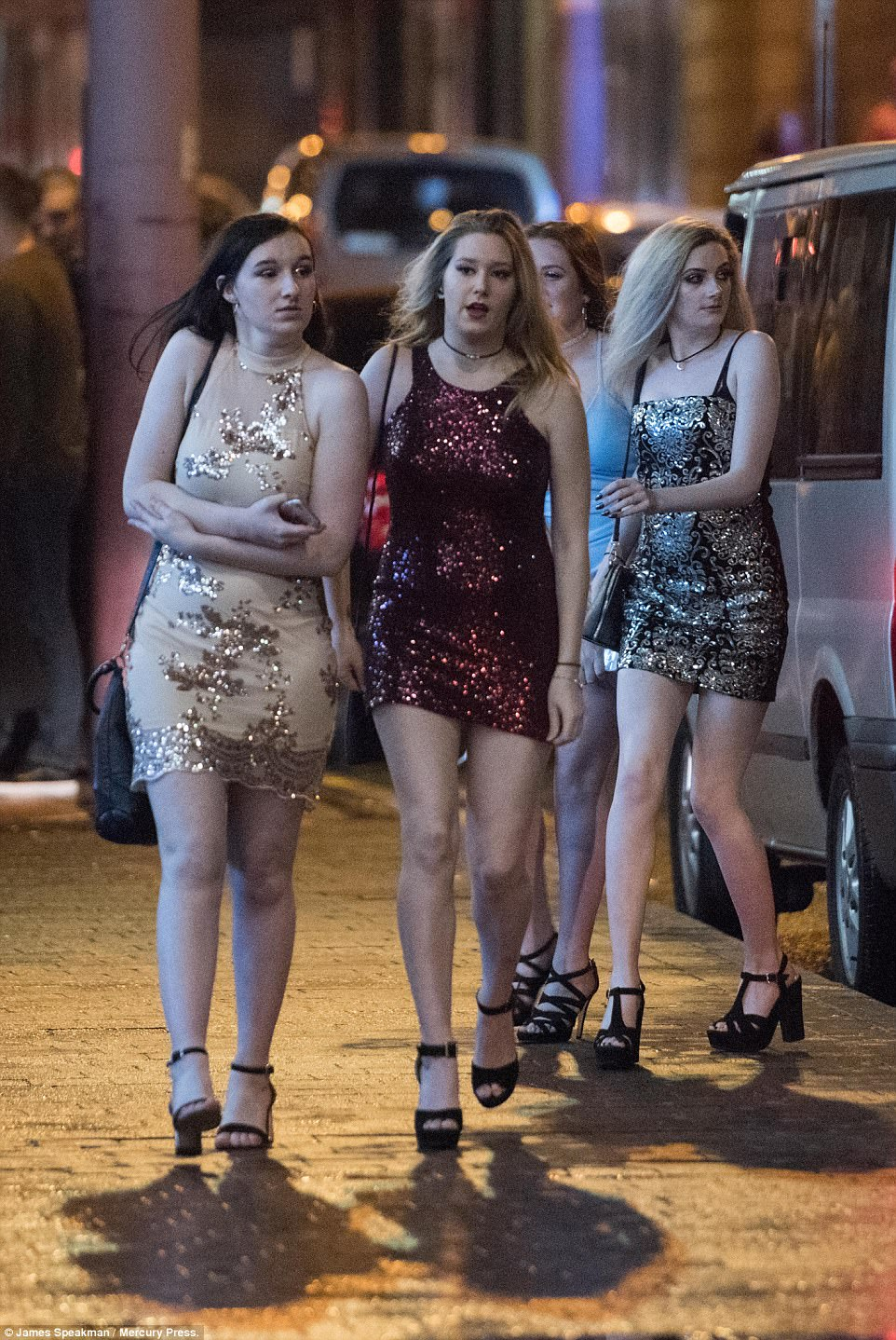 47ABBA7700000578-5225397-Revellers_in_Blackpool_braved_the_cold_to_see_the_New_Year_in_in-a-42_1514791409772