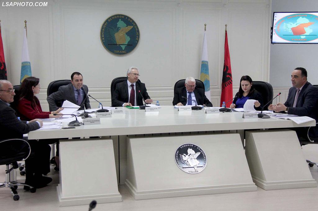 Kryetari-i-KQZ-Klement-Zguri-nenkryetari-Denar-Biba-dhe-anetaret-Gezim-Veleshnja-Edlira-Jorgaqi-Bledar-Skenderi-Hysen-Osmanaj-Vera-Shtjefni