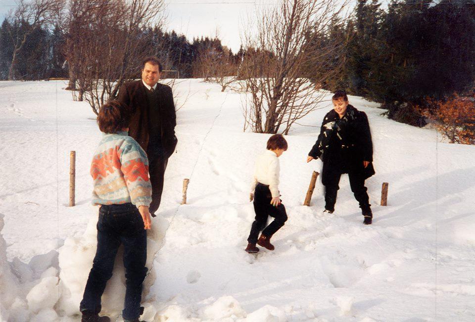Azemi me gruan dhe femijet