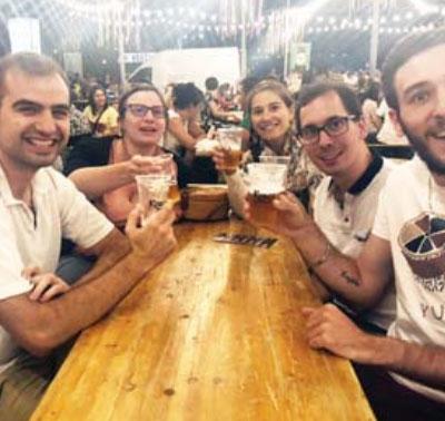"""Turistët francezë duke shijuar """"Birrën Korça"""""""