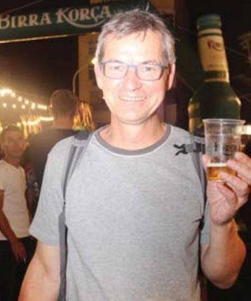"Turisti gjerman, Dirk Jasper, duke shijuar ""Birra Korça"""