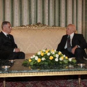 Ambasadori-Dashnor-Dervishi-kur-u-takua-me-presidentin-grek-Karolos-Papulias-kete-vit-300x300