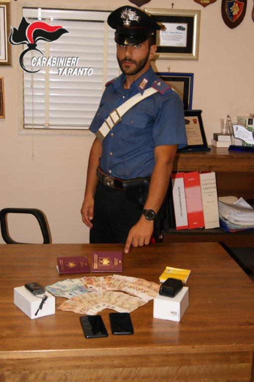 Carabiniere-materiale-in-sequestro