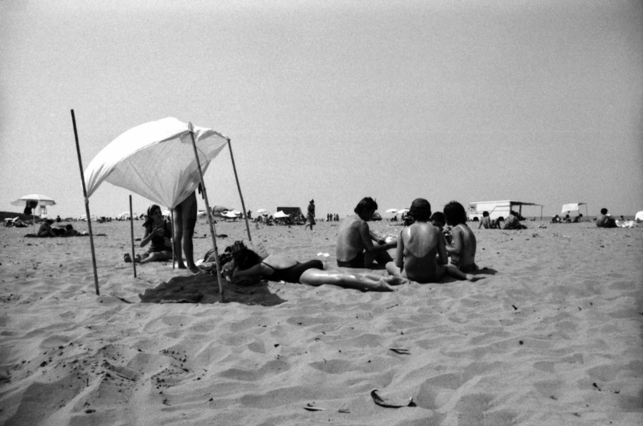 Qëndrimi në rërë me çadra të improvizuara