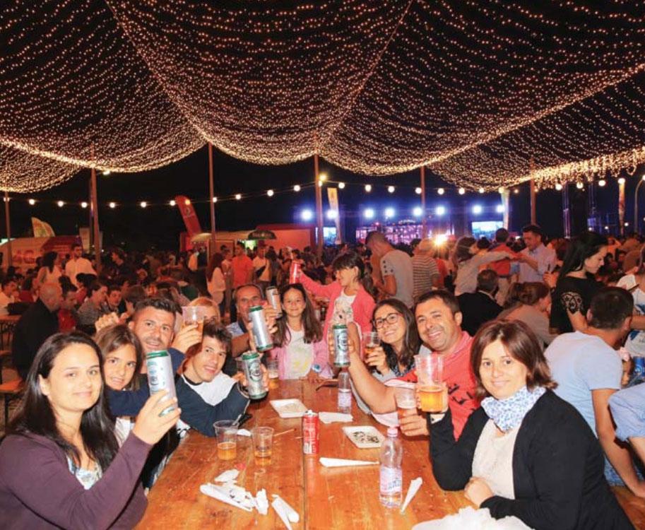 """Turistë me """"Birra Korça"""" në festën e vitit të kaluar"""