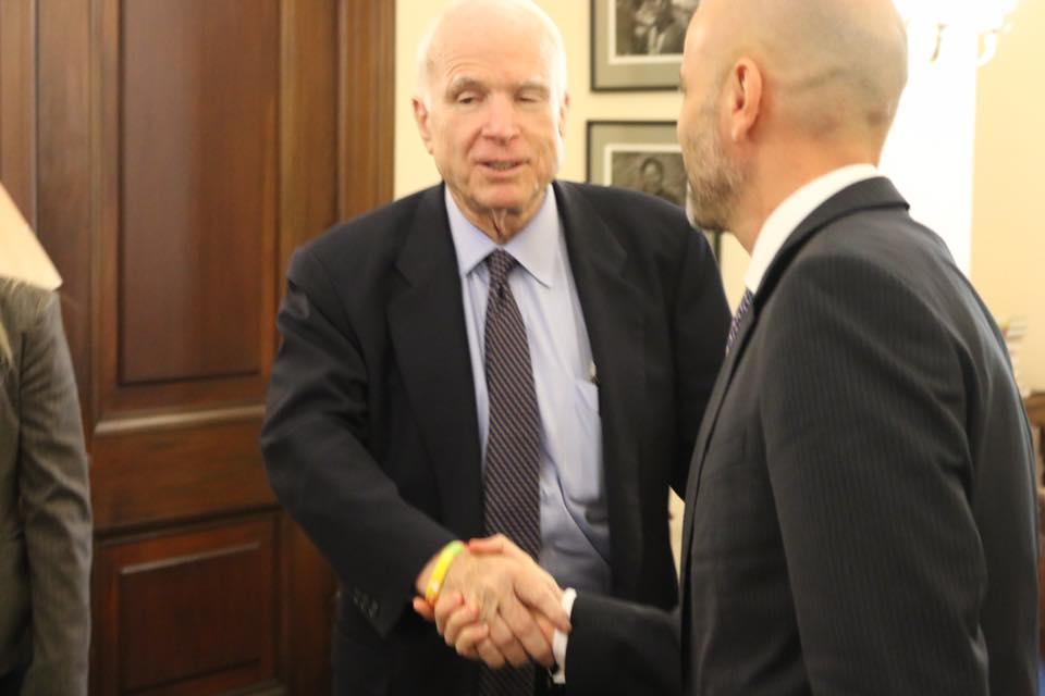 Dael Dervishi me ish-senatorin John McCain