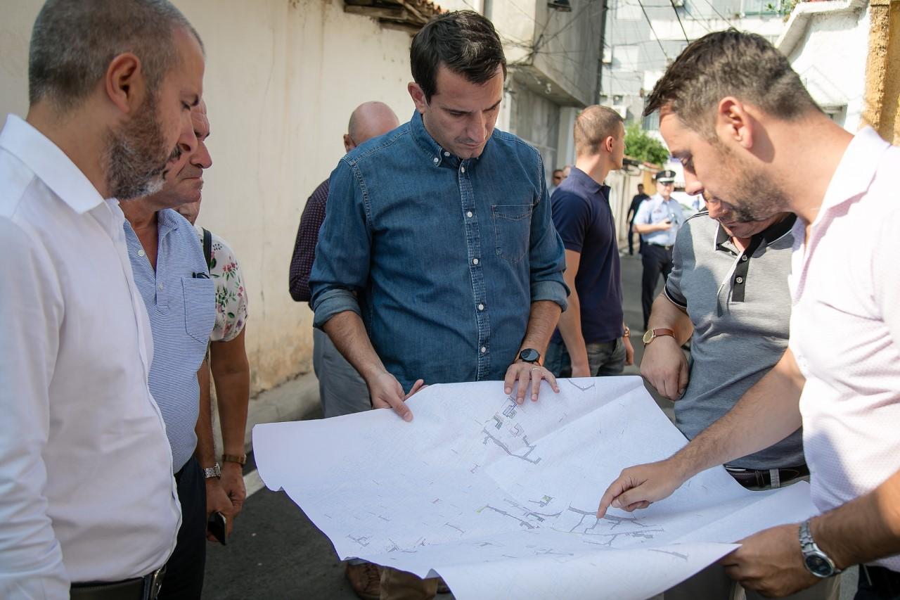 thumbnail_Veliaj gjate inspektimit te punimeve per rehabilitimin e rrugeve ne Njseine 8 (1)