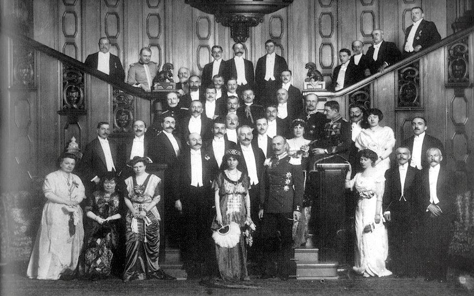 Nojvid, 21 shkurt 1914. Delegacioni shqiptar bën foto me Princ Vidin dhe pjestarë të familjes Vid brenda kështjellës.