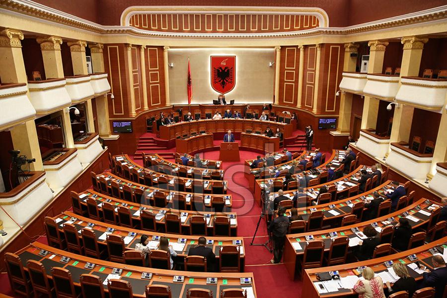Gjate-seances-parlamentare-ne-Kuvendin-e-Shqiperise-ATSH-Foto-Agim-Dobi-1