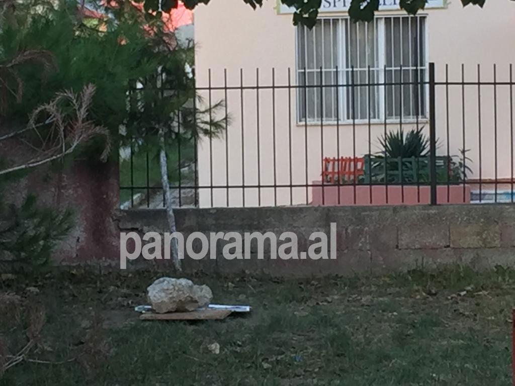 Puseta në oborrin e kopshtit, e mbuluar nga stafi pas ngjarjes