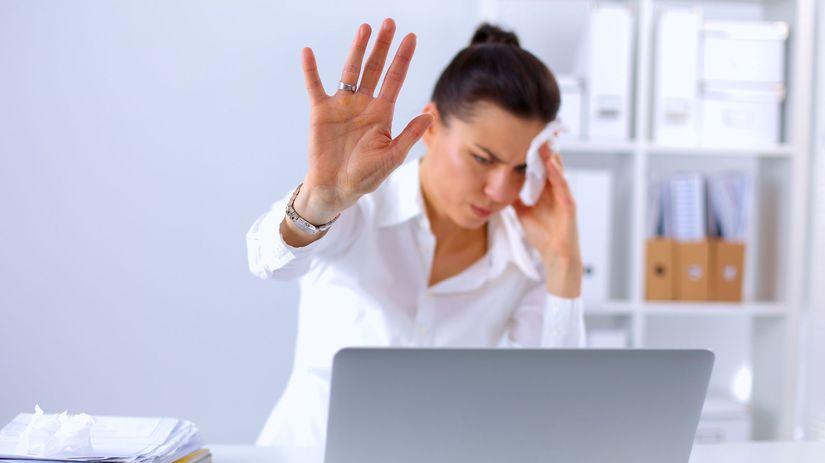 stres-notebook-laptop-zena-bolest-hlava-bolest-hlavy-clanokW