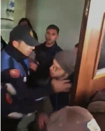 polici-kap-per-futi-studentin