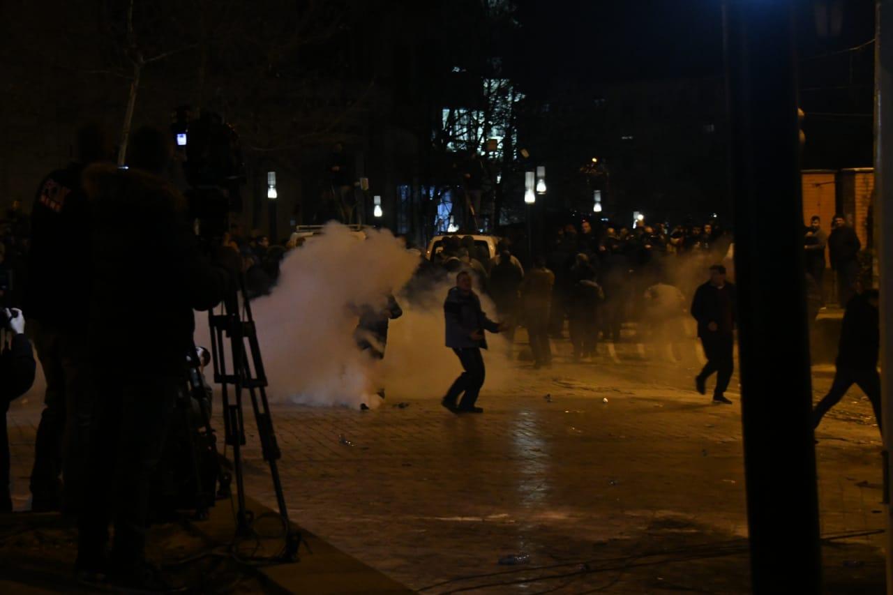GAzilotsjelles-protesta-ikja-vra-parlamenti (2)