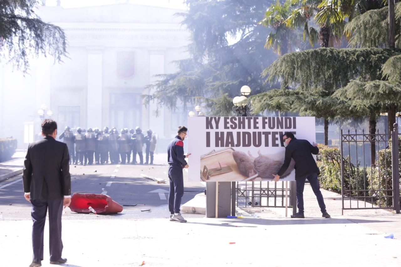 protesta-ne-foto=gazilotsjelles-tymueset-te-lenduarit1124556789