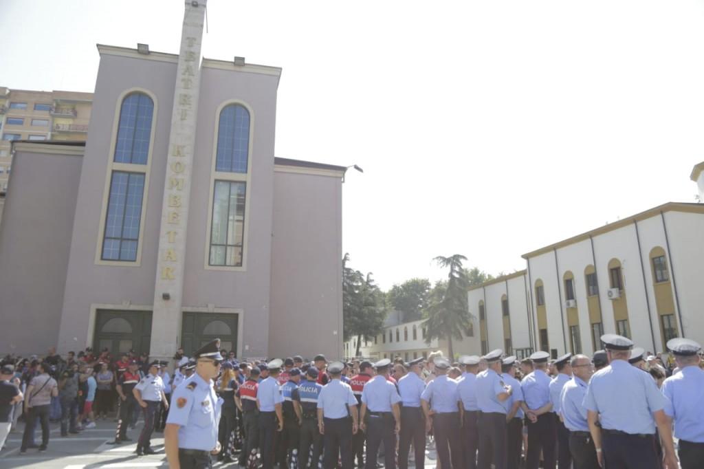 Perplasja e protestuesve dhe forcave te rendit per mbrojtjen e godines se Teatrit Kombetar (7)