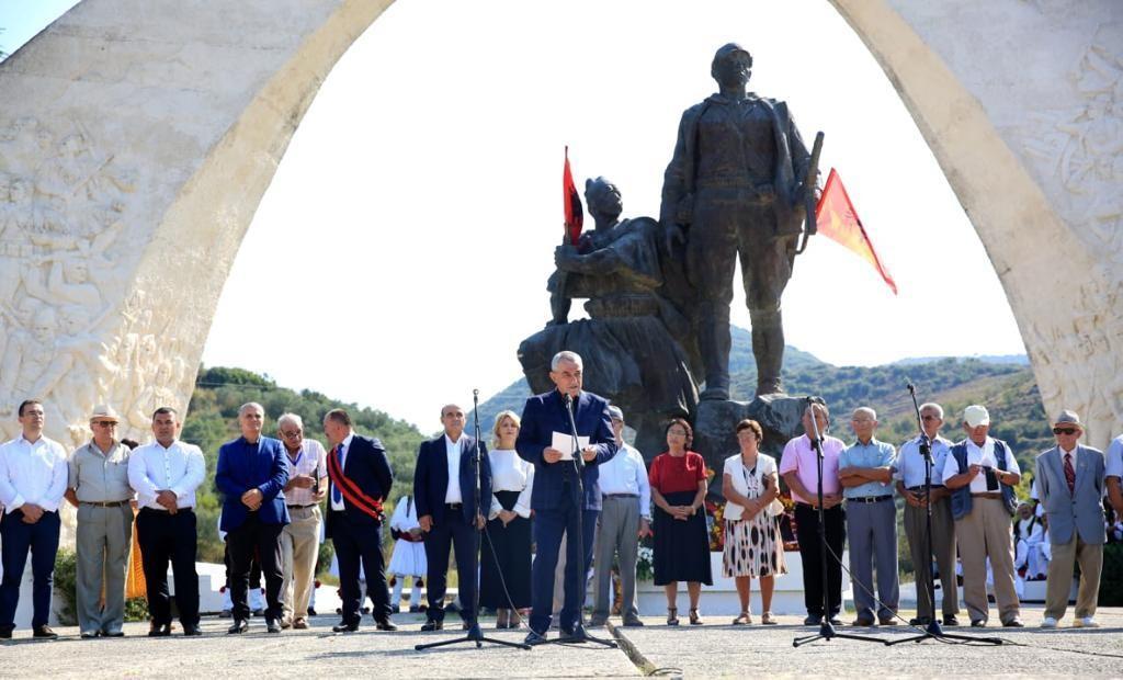 Ruçi në ceremoninë e Brigadës së 16 Sulmuese Partizane