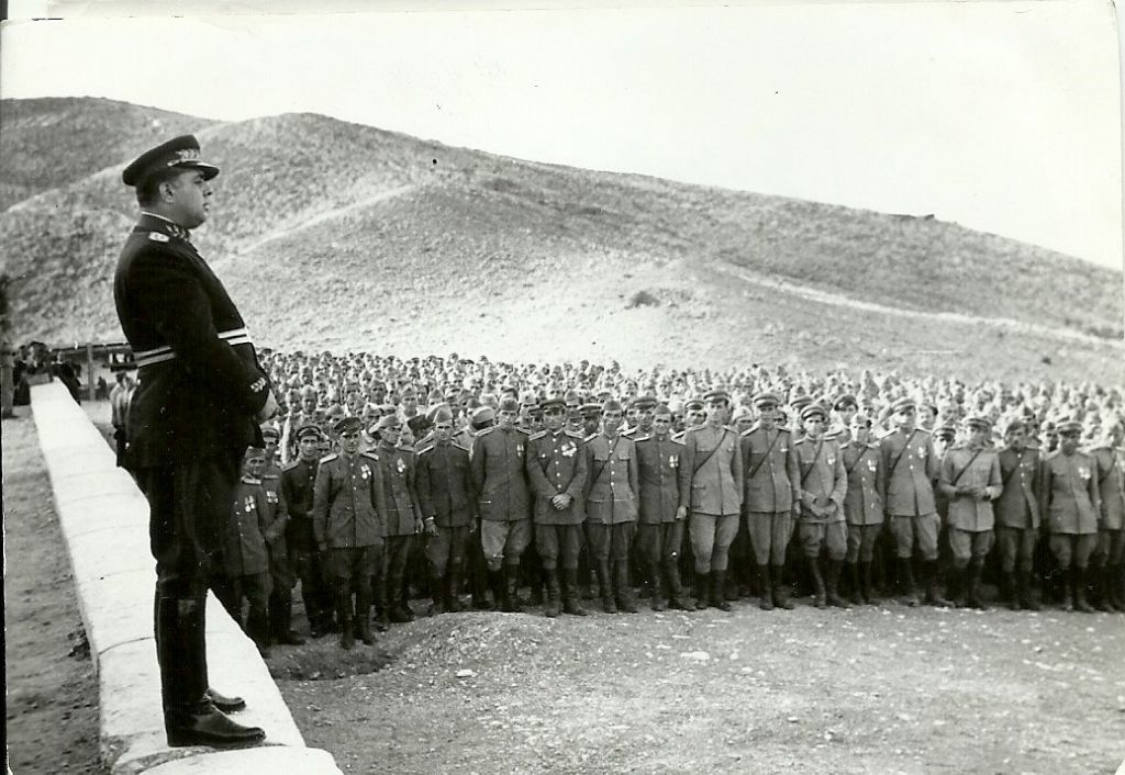 thumbnail_Enver-Hoxha-duke-mbajtur-nje-fjalim-para-ushtarakeve-te-Gjirokastres.-1949