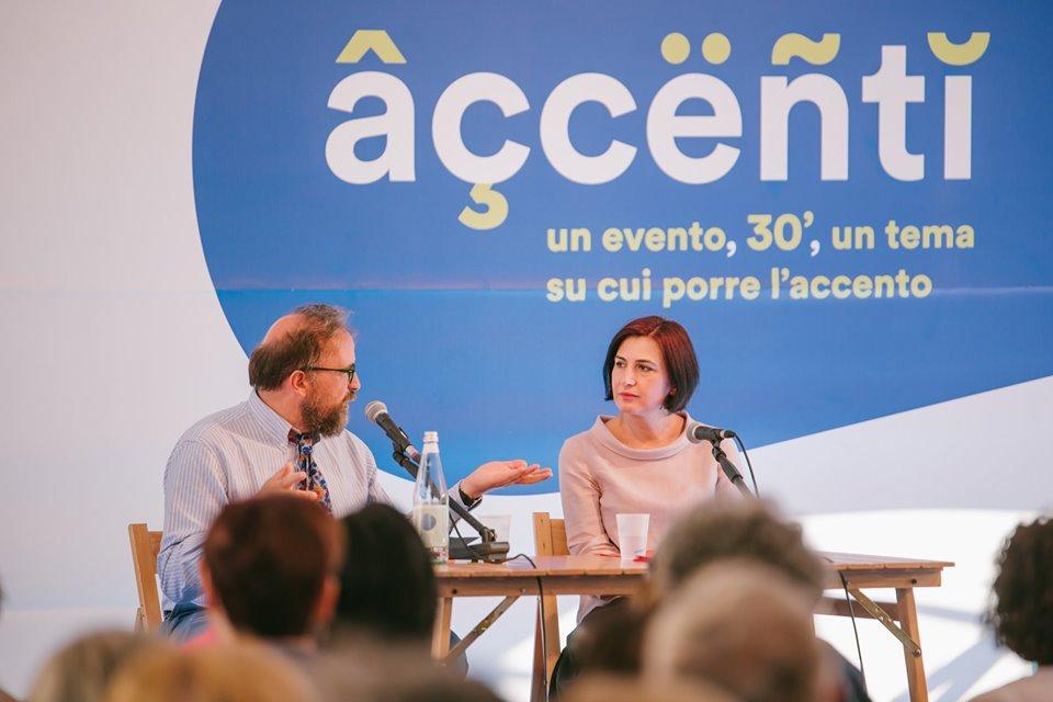 Luca Scarlini dhe Persida Asllani, duke folur për letërsinë shqipe, në Festivaletteratura në Mantova