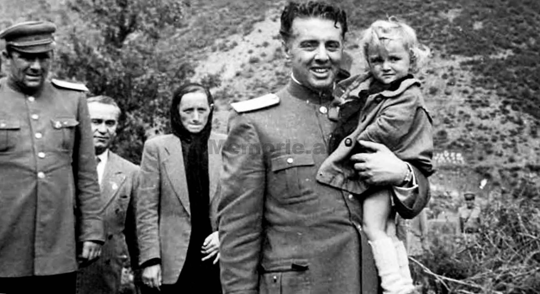 Enver-Hoxha-Beqir-Balluku-dhe-Medar-Shtylla-se-bashku-me-prinderit-e-Bardhok-Bibes-pak-pas-vrasjes-se-tij-ne-Mirdite.-1949.bmp