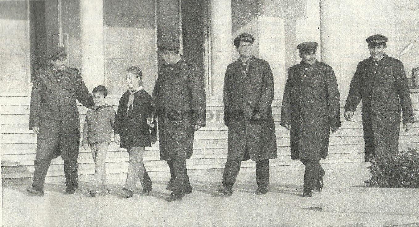 Pjestare-te-Policise-Popullore-duke-ecur-me-dy-pioniere.-Foto-propagandistike-e-viteve-70