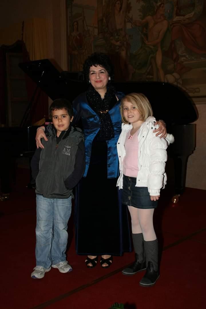 Aksinja Xhoja duke shoqëruar në saxhio Albano Junior Carrisi dhe Jasmine Carrisi