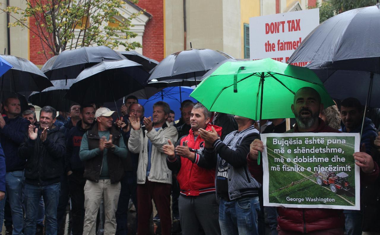 Fermeret ne proteste para Ministrise se Bujqesise (1)