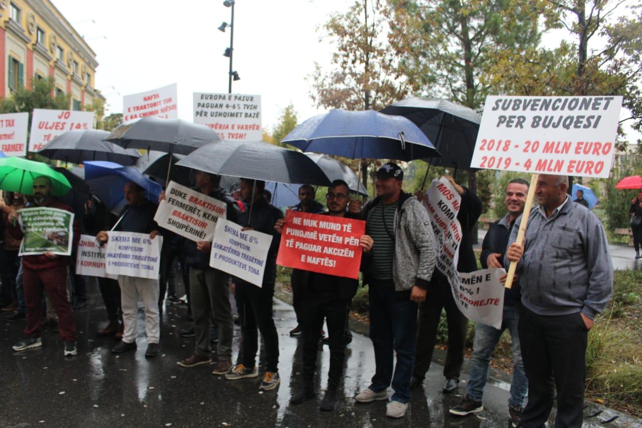 Fermeret ne proteste para Ministrise se Bujqesise (2)