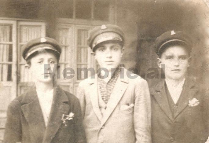 Foto-5.-Bashkëliceistë-të-Liceut-Francez-të-Korçës.-Mes-tyre-edhe-Mustafa-Kadilli-i-pari-djathtas-Viti-1926