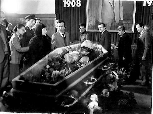 Homazhet-per-vdekjen-e-Enver-Hoxhes-ne-Tirane.-1985