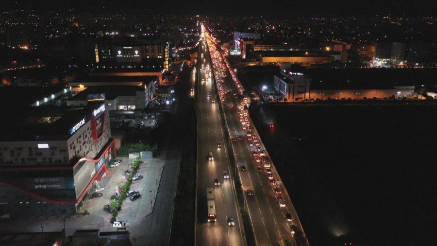 qytetare duke ikur mbremjen e djeshme nga Durresi