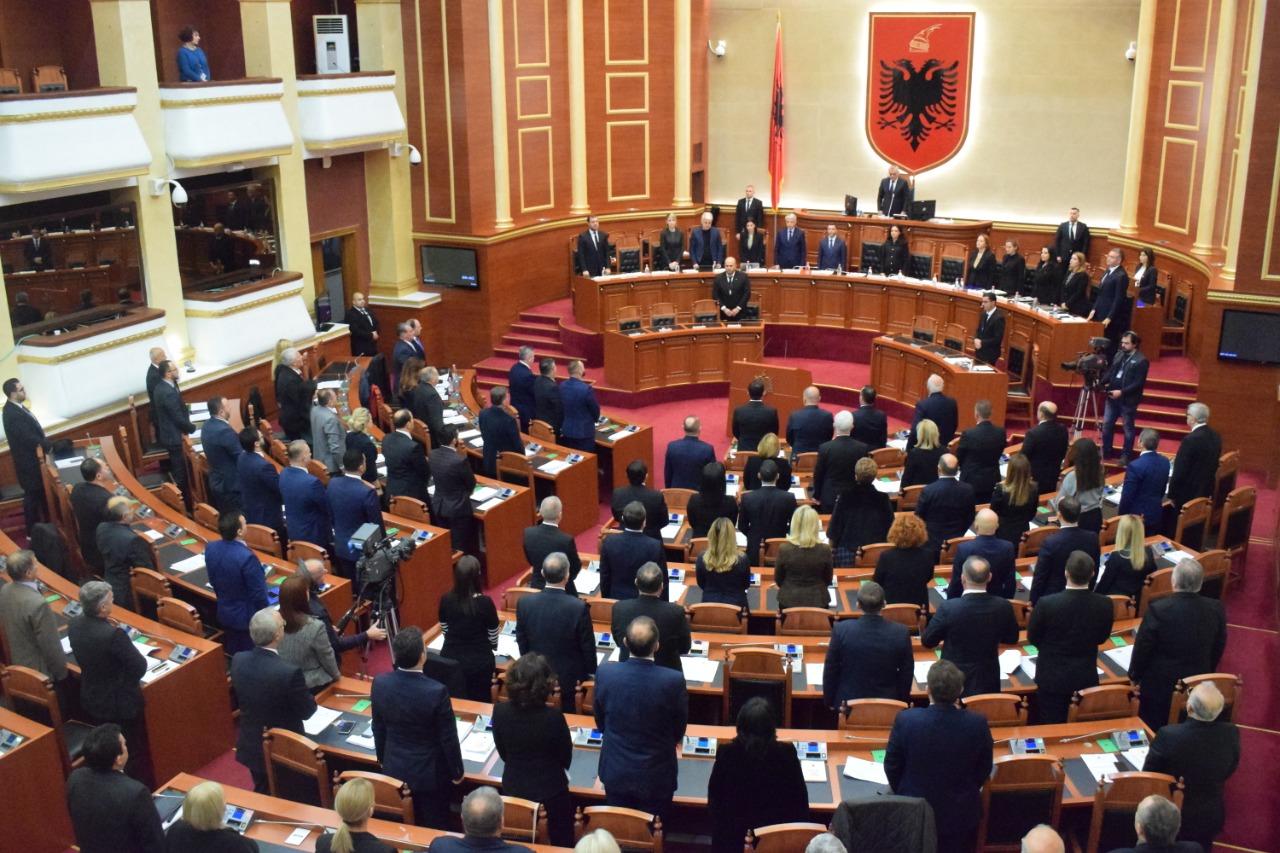 Nje munute heshtje viktimat termeti parlamenti