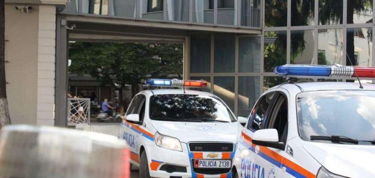 policia-tiranes6-933x445-770x367