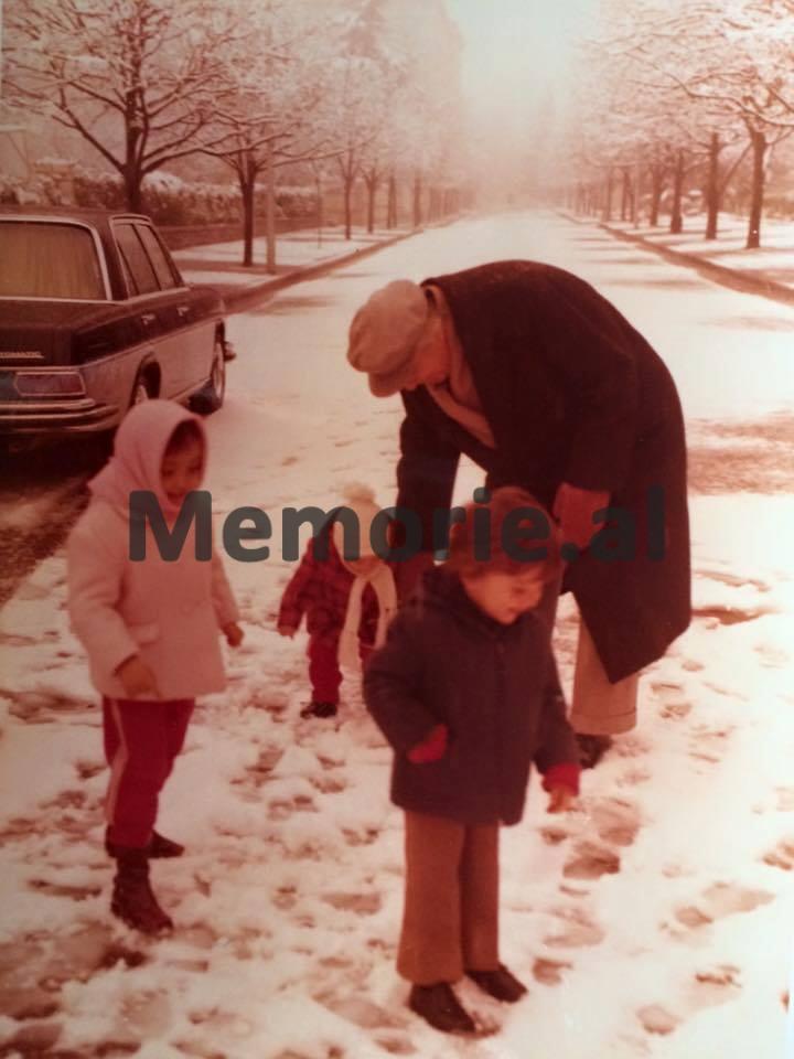Enver-Hoxha-duke-luajtur-me-niperit-dhe-mbesat-tek-rrugica-perpara-viles-se-tij.-Foto-e-viteve-80-Copy