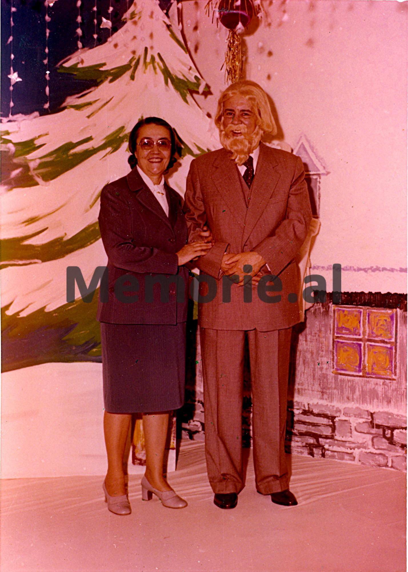 Enver-Hoxha-i-maskuar-si-Plaku-i-Vitit-te-Ri-se-bashku-me-Nexhmije-Hoxhen-ne-vilen-e-tyre.-1980-Copy